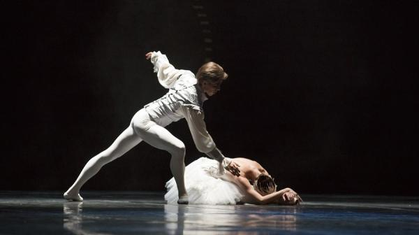 Image of two ballet dancers